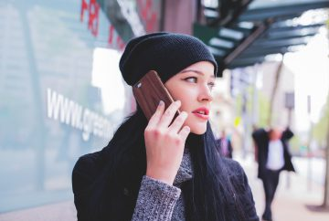 Tyttö puhuu puhelimeen