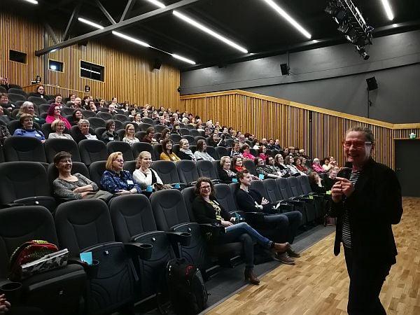 Päivi Litmanen-Peitsala puhumassa yleisölle