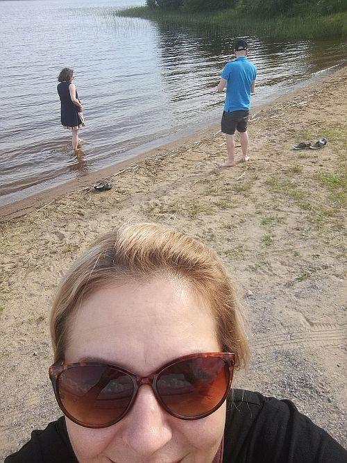 Rantavedessä kahlaamassa