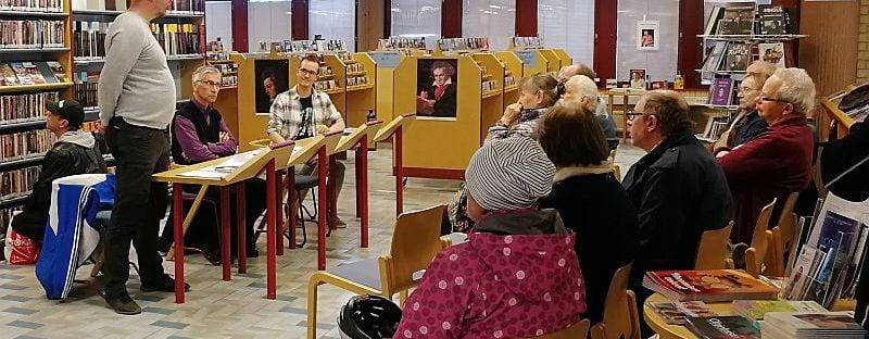 Keskustelutilaisuun kirjastossa.