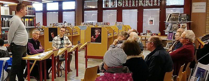 Keskustelutilaisuus kirjastossa