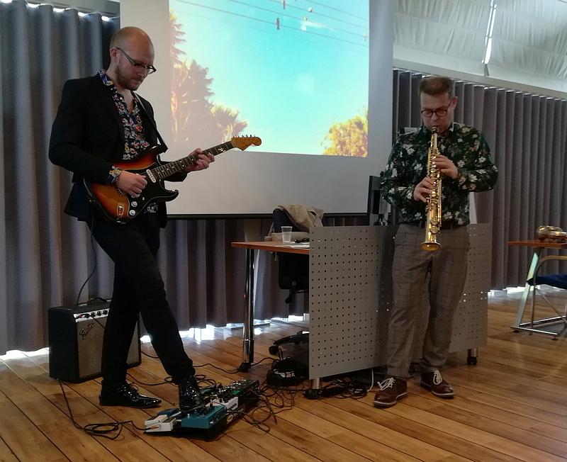 Marzi Nyman & Jukka Perkola soittamassa.