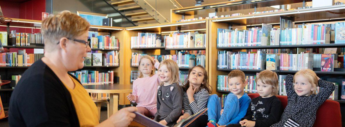 Kirjastonhoitaja lukee satua lapsille.